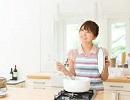 女性 キッチン.jpg