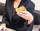 女性 菓子パン.jpg
